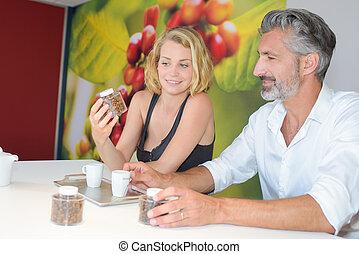 café, femme regarde, haricots, échantillons, homme