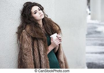 café, femme relâche, tasse, breaktime., pensif, séduisant, tenue