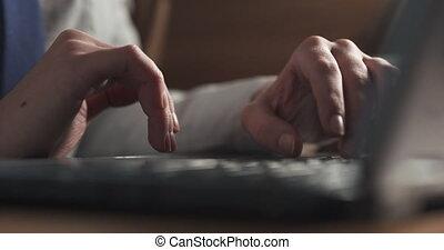 café, femme, table, jeune, utilisation, mains, cahier