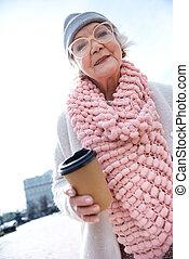 café, femme, tasse, gai, dehors, personne agee, boire