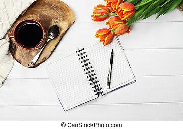 café, fleurs, livre ouvert