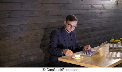 café, fonctionnement, ordinateur portable, élégant, homme affaires, boire, café