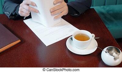 café, fonctionnement, réussi, jeune, contrat, coupure, homme affaires, pendant, indoors.