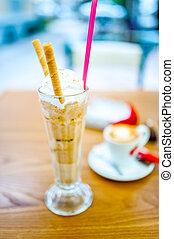 café glacé, frappe, à, crème fouettée, amandes, crème