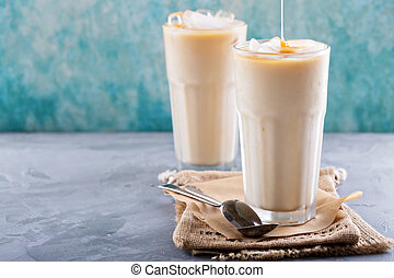 café helado, con, leche, en, anteojos altos