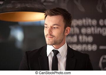 café, homme affaires, suit., arrière-plan noir, élégant, portrait, beau, position homme, frais, sombre, élégant, regarder loin