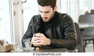 café, jeune regarder, téléphone, quoique, boire, homme