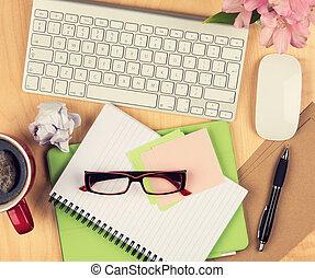 café, lectura, bloc, espacio de la oficina, anteojos, cup., sobre, tabla, desordenado, computadora, copia, vista