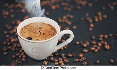 café, lent, coffee., grains, tasse, mouvement, tomber, table.