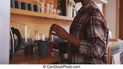 café, maison, course, préparer, femme, mélangé