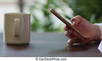 café, mobile, femme, haut, coupure, téléphone, mains, fin, utilisation