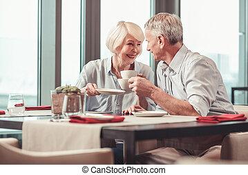 café, mulher, aposentado, junto, manhã, tendo, homem