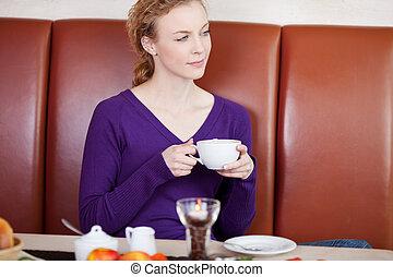 café, mulher, copo, afastado, olhar, enquanto, segurando
