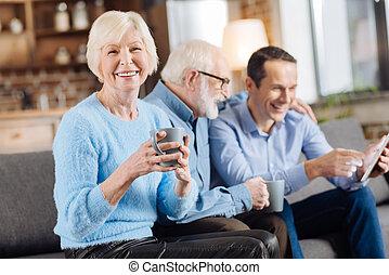café, mulher, copo, sofá, alegre, posar, sênior