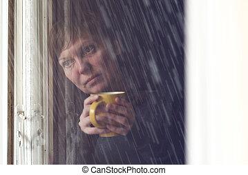 café, mulher, sala, escuro, solitário, bebendo