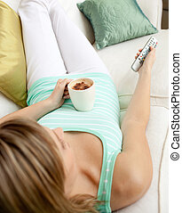 café, mulher, televisão assistindo, enquanto, loura, bebendo