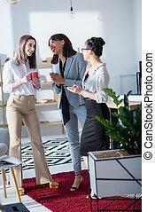 café, multiethnic, bureau, jeune, conversation, boire, femmes affaires