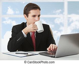 café, nuages, business, fonctionnement, tasse, réussi, séance, ciel, fenêtre, jeune, derrière, cahier, fond, bureau, homme