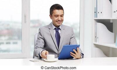 café, pc tablette, homme affaires, boire, sourire
