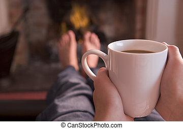 café, pieds, tenant mains, cheminée, chauffage