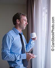 café, regarder, fenêtre, homme affaires, boire, dehors