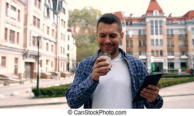 café, rue, tablette, jeune, informatique, utilisation, boire, homme