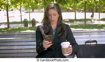 café, séance femme, garez banc, phone-, sourire, boire, intelligent, pushin