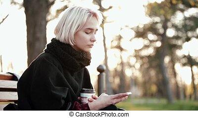 café, smartphone, girl, virages, tient, figure, appareil photo, regarde, surprise, blond, appelé, abruptly