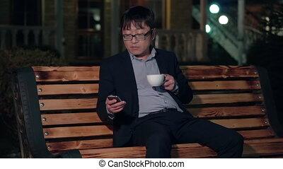 café, smartphone, tasse, parc, usages, asiatique, nuit, homme affaires, boire