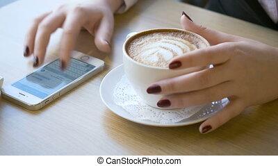 café, smartphone, utilisation, femme, break., pendant