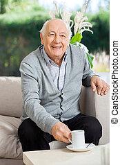 café, soins, porche, maison, homme aîné, avoir, heureux