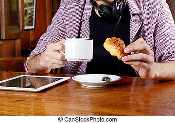 café, tablet., écouteurs, numérique, boire, homme