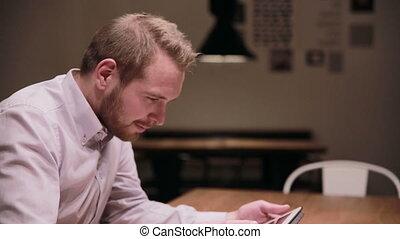 café, tablette, fonctionnement, homme affaires, jeune