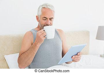 café, tablette, lit, numérique, boire, homme