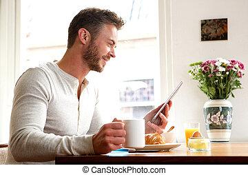 café, tablette, plus vieux, petit déjeuner, homme, boire, heureux