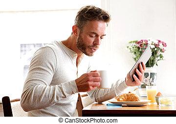 café, tablette, plus vieux, tenue, petit déjeuner, boire, homme