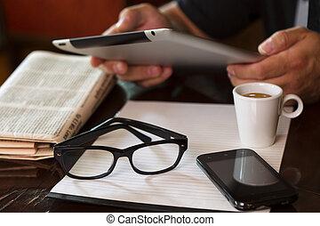 café, tablette, téléphone tasse, mains, journal