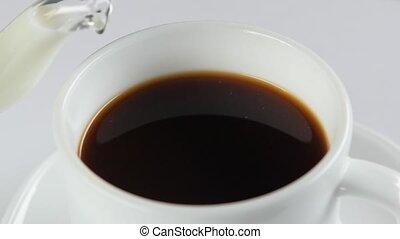 café versant, lent, tasse, mouvement, haut, fond, fin, blanc, lait