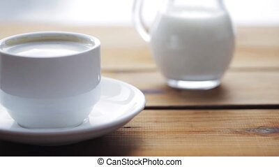 café versant, tasse, sucre, petite cuillère, main