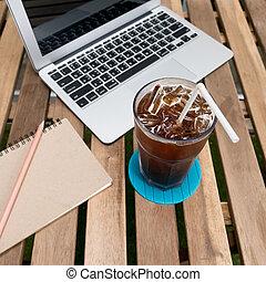 café, vieux, tasse, bois, ordinateur portable, bloc-notes, stylo, (notebook), table.