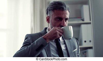 café, working., séance, bureau, quand, table, homme affaires, boire
