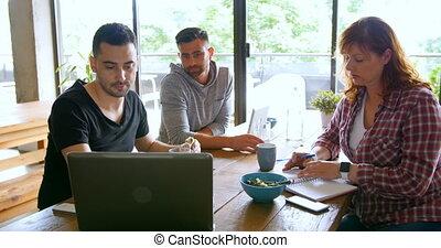 cafétéria, ordinateur portable, sur, cadres, discuter, 4k, bureau