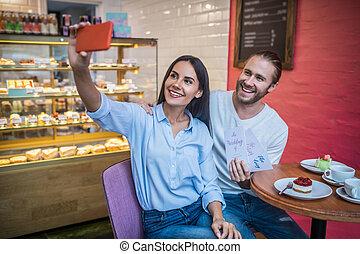 cafétéria, selfie, couple, confection, leur, invitations mariage