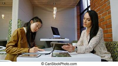cafétéria, sur, numérique, cadres, tablette, discuter, 4k, bureau