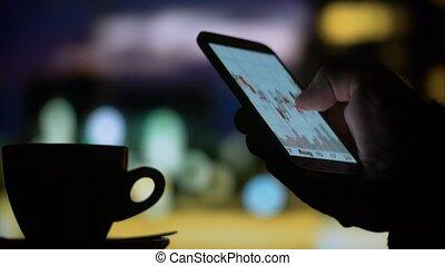 caffè bevente, tè, usando, smartphone, borsa