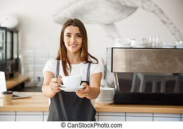 caffè, concetto affari, -, caucasico, femmina, servire, caffè, mentre, standing, in, caffè, shop., fuoco, su, femmina porge, collocazione, uno, tazza, di, coffee.