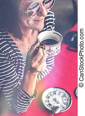 caffè, donna, occhiali da sole, bali, ristorante, giovane, terrace., esterno, carino, island., bere
