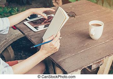caffè, donna, tavoletta, shop., quaderno, mano, legno, presa a terra, usando, tavola