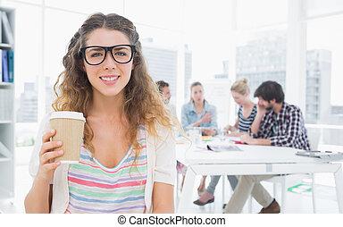 caffè, holding donna, tazza, disponibile, colleghi, fondo