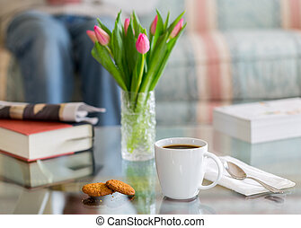 caffè nero, in, tazza bianca, vetro, superato, tavola